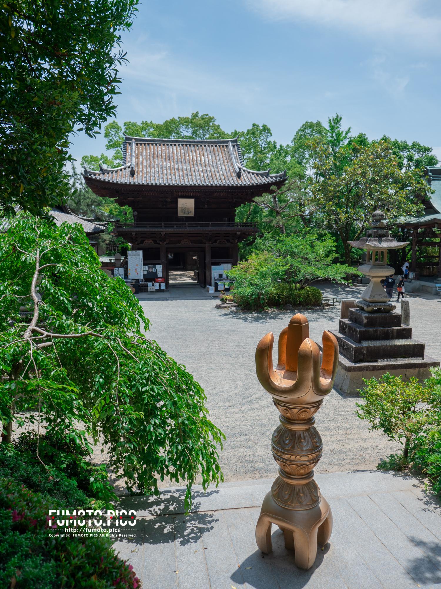 本堂側から入り口側の仁王門を撮影、手前は巨大な錫杖