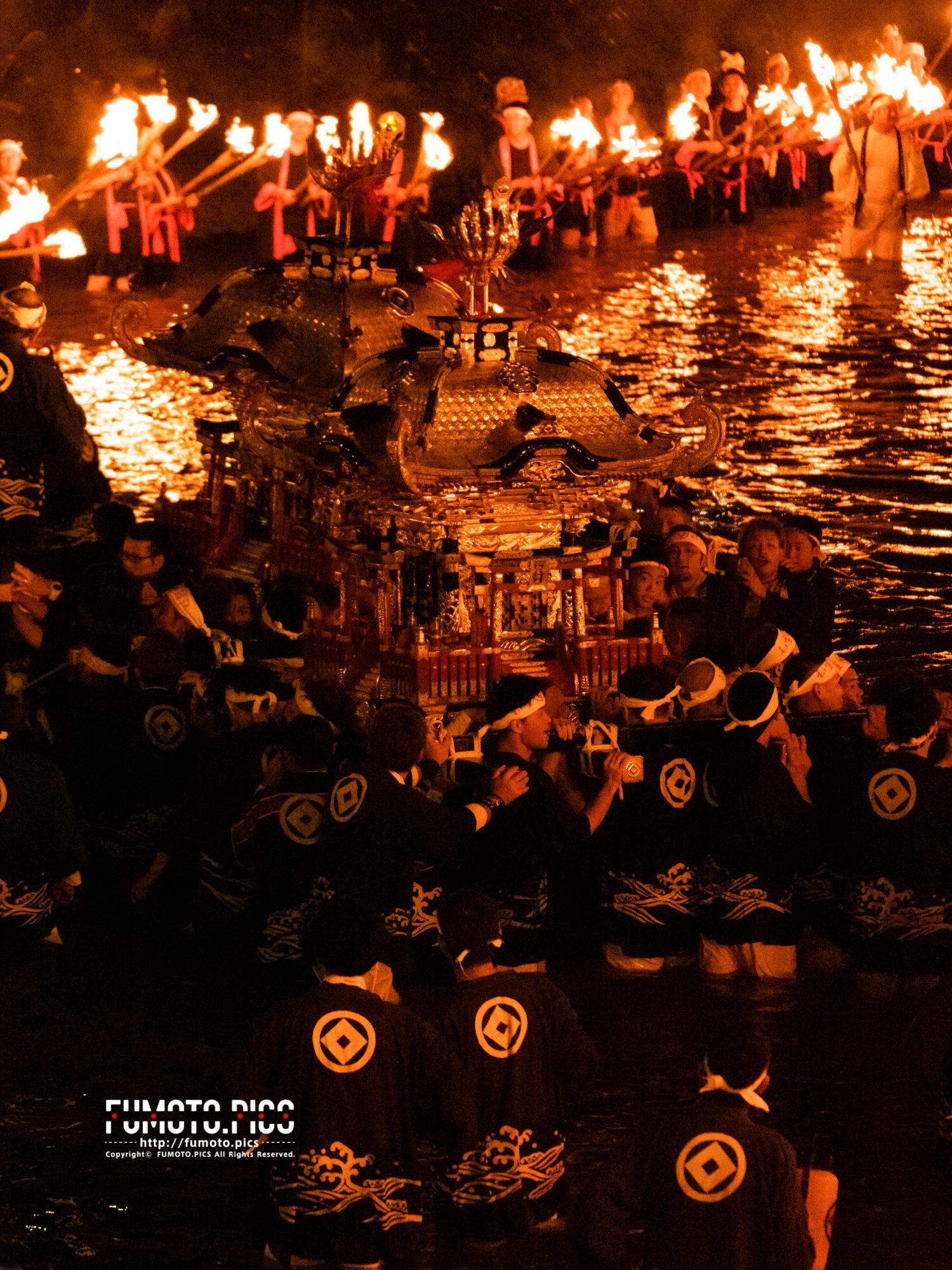 和霊大祭のクライマックスを飾る須賀川を渡る御神輿