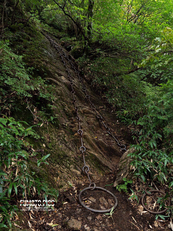 一の鎖。石鎚山には3箇所「鎖場」がある。体力に自信が無ければ回避もできる。