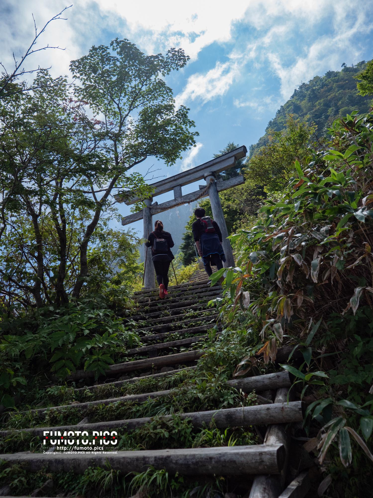 山頂手前の山小屋には鳥居が立っている。山岳信仰という山を信仰の対象とした考え方に基づく。