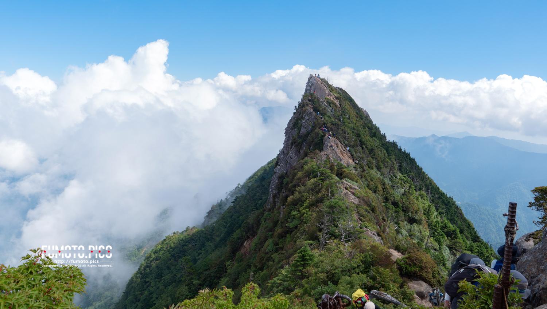 石鎚山山頂から天狗岳のルートを望む